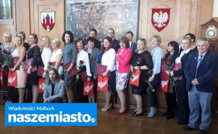 Pedagodzy z ,,dziewiątki'' nagrodzeni przez burmistrza