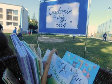 Biblioteczny dzień głośnego czytania, pt.,,Czytanie daje siłę''