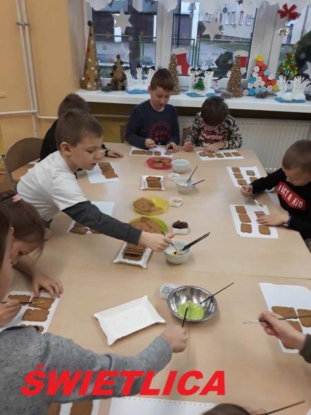 Przedświąteczne pieczenie pierników w świetlicy szkolnej