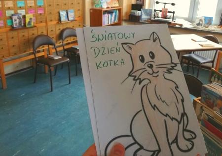 Maraton czytania z okazji Dnia Kotka w bibliotece
