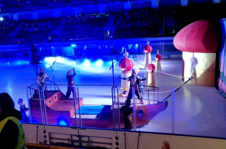 Uczniowie na rewii na lodzie – Przygody Sindbada Żeglarza
