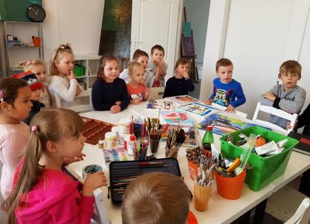 Wizyta dzieci z zerówki w malborskiej pracowni malarskiej