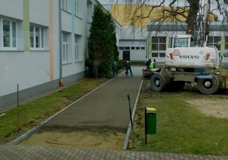 Prace związane z wykonaniem nowego chodnika na dziedzińcu wewnętrznym szkoły