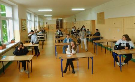 Egzamin ,,ósmoklasisty'' w szkolnych murach