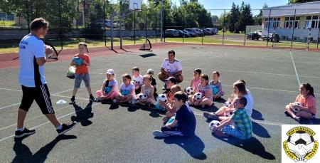 Trening piłkarski z Pomezanią, uczniów klasy 1 b